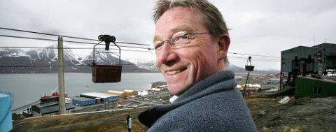 Norges eneste kullkraftverk (i bakgrunnen) sørger for energiforsyning til Longyearbyen, og spyr ut 25.000 tonn CO2 i året. UNIS-direktør Gunnar Sand håper at det skal bli slutt på svart røyk fra denne pipa, og at C02-utslippet heller skal lagres langt under jordoverflaten på Svalbard.
