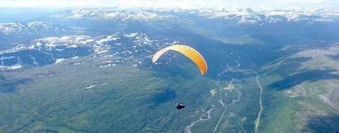 Bård Håkstad er her på vei opp Dunderlandsdalen, og ble førstemann på paraglider over Saltfjellet. Foto: Ole Jonny Rønneberg