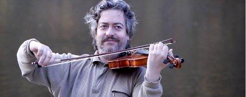 """NY PLATE: Fiolinist og folkemusikksamler Ståle Paulsen holder på med innspilling av den nye plata """"Manndraparen"""". (Foto: Eivind Biering-Strand)"""