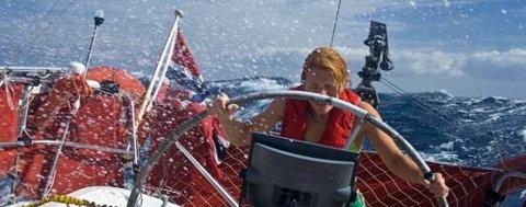 """Anne Marthe styrer """"Runddans"""" i våt seilas mot La Gomera"""