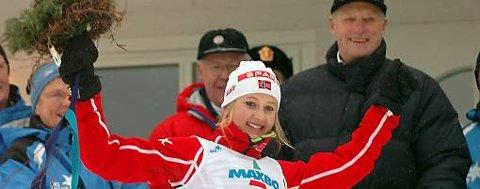 Ingvild Flugstad Østberg ble norgesmester på hjemmebane på Gjøvik her gratuleres hun av Kong Harald.