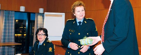 Høivik kan ende opp i tospann med politimester Christine Fossen, som her mottar en gave fra Øvre Eiker-ordfører Anders B. Werp under et møte for ett år siden.