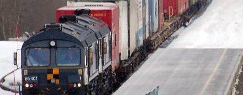 ... Uten at togførerne er klar over det bøyer personen seg ned og klatrer mellom vognene på godstoget. Foto: Bjørn-Terje Nilssen