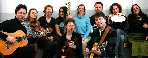 Kulturskolens lærere skal holde konsert i Vanntårnet tirsdag 31. mars: (f.v.) Rektor Jan Granum (gitar), Maria Degerfors (fiolin), Bjørg Aschehoug (sang), Line Falkenberg (saksofon), Kristin Lotherington (dans), Dag Midbrød (tuba, trombone, bass), Ståle Liavik Solberg (slagverk) og Marilena Zlatanou (sang). Foran sitter Susanne Schwarz (fiolin og sang) og Andreas Haddeland (gitar). Foto: Ruben Skarsvåg Foto: Ruben Skarsvåg