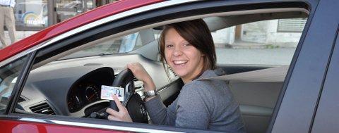 HAR «LAPPEN»: Maranda Engevik har sertifikatet - og den enda hun er bare 17 år. Førerkortet tok hun iløpet av sitt utvekslingsår i USA, til den nette sum av 1 750 kroner. Nå gleder hun seg bare til hun fyller 18 år og kan kjøre alene i Norge.
