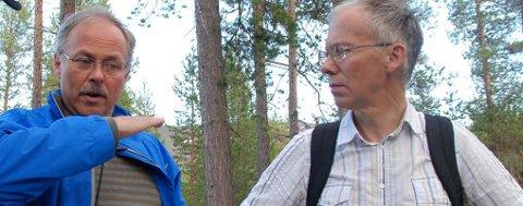 Arvid Jansen og skytterlagets advokat Sven Knagenhjelm på befaring på Prestmoen.