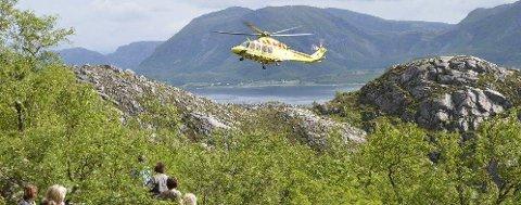 REDNINGSAKSJON: En person fikk et illebefinnende på stien opp til Torghatthullet søndag. Ambulansehelikopteret rykket ut til stedet, og en mann er nå sendt til Helgelandssykehuset Sandnessjøen. (Foto: Sigfrid Hagerup)