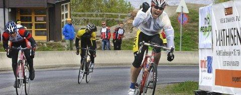 JUBEL:  Mosjørytteren Tom Eriksen kan juble over målstreken foran Hugo Strand fra Rana sykkelklubb. (Foto. Per Vikan)