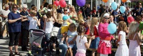 FOLKELIV: Store og små gledet seg stort under konsertene i gågata, med sang og dans. (Foto: Kjell Inge Fosdahl)