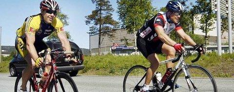FIGHT:   Tom Eriksen og Hugo Strand (t.h.)  på veg inn til mål under Polarsirkelrittet fra Bodø til Mo. Der syklet de likt over målstreken, noe som de sikkert ikke vil gjøre i søndagens Myskoxritt.