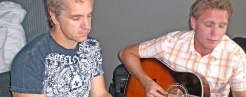 DUETT: Chicagovokalist Jason Scheff og Stein Johansen (t.h.) fra Mosjøen spilte og sang sammen før Chicagos konsert i Oslo. (Foto: Privat)