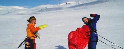 MYE TRENING: Silje Sanderud Haaland og Saskia Boldingh på øvingshelg. Det ble mye trening, blant annet på Svartisen.