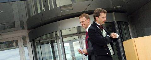 OFFISIELL ÅPNING: Statssekretær i Samferdselsdepartementet, Erik Lahnstein og lufthavnsjef Glenn-Robert Johnsen sørget for at den nye flyterminalen i Brønnøysund ble offisielt åpnet. (Foto: Sigfrid Hagerup)