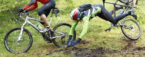 KNALL OG FALL: Knall og fall hører med i løypa. Blant annet denne syklisten fra Sømna som fikk seg en ufrivillig luftetur i myra ved Utsikten under Blåvegenrittet. (Foto: Trond Kenneth Larsen)