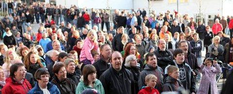 ALLSONG: Med store plakatar som synte refrenget var Florøfolket med på notane. Foto: Dag Nesbø Frøyen