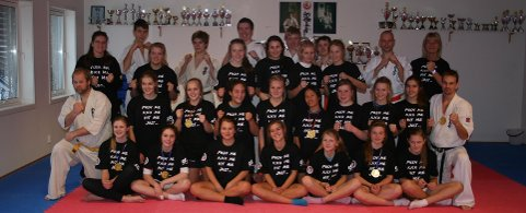 Ringerike karateklubb samarbeidet med Stabæks håndballjenter i helgen