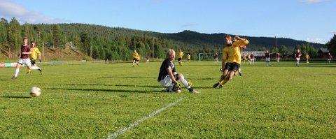 Tore Brennmoen Tollan setter ballen trygt i mål bak Nardo 2s keeper.