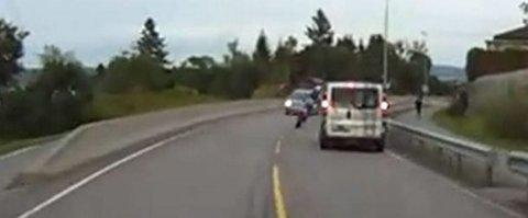 FORBIKJØRING: I stor fart presser motorsyklisten seg fram på den gule stripa mellom to møtende biler i Rælingen. På videoen hører man bilistene tute med bilhornet flere ganger.  Faksimile: YouTube