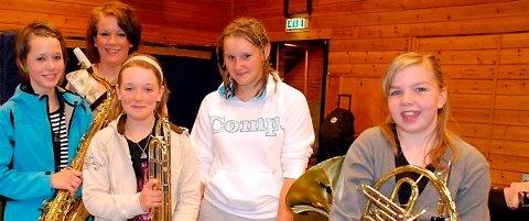 Silje Kleiv, Anja Øen, Silje Johnsen, Elin Bøch Myrann og Eirin Nåvik Grønlund er noen av musikantene man kan få se på Øvre torg på vektertur.