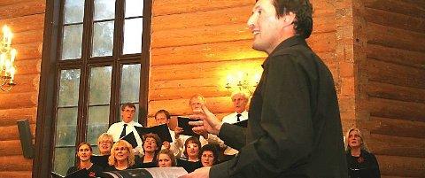 DIRIGENTEN: Christopher Eva loset både sangere, musikere og publikum gjennom allsang under skjømmingsmessen i Dolstad kirke søndag kveld. (Foto: Snorre P. Sjøvoll)