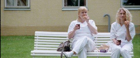 Sykepleierne som Laila Goody og Birgitte Larsen spiller kommuniserer svært dårlig.