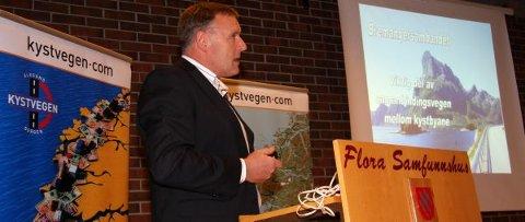 Her Kåre Olav Svarstad under ein presentasjon av Kystvegen og Bremangersambandet, då transportkomiteen på Stortinget besøkte Florø i vinter