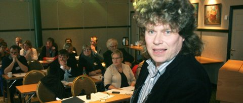 ENGASJERTE: Sosialantropolog og Dr. Philos, Dag Jørund Rønning, engasjerte forsamlingen med sitt foredrag «Hva kjennetegner tilflyttingsbygda» på dialogkonferansen i Mosjøen tirsdag. (Foto: Christopher Engås)