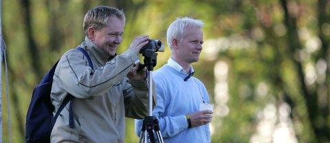 VIKTIG: Kampanalysator Bjørn Reiersrud (t.v.) og Åskollen-trenar Leif Helge Nordal såg Førde slå Tornado Måløy sist helg. Heile Drammen håpar Åskollen skal rykkje opp. Foto: Rune Fossum