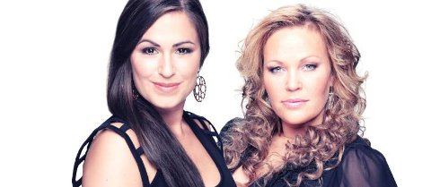 HETT: Det blir garantert hett på scenen når to av Norges beste stemmer forenes i duoen Åste & Rikke. Åste Sem (til høyre) fra Heddal ble landskjent da hun deltok i Idol i 2007.