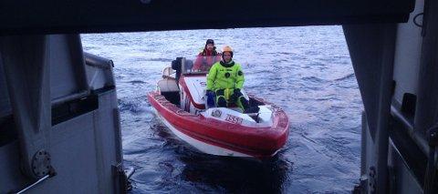 Per Jakobsen (bak) og Johan Leandersson fra redningsskøyta «Erik Bye» brukte lettbåt i søket etter mannen. Foto: «Erik Bye»