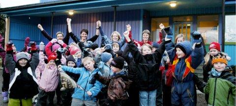 Elever og ansatte ved Holand skole slapp jubelen løs da de fikk høre om politikernes ønske om å beholde skolen.