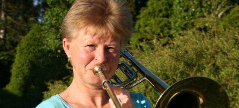 Sidsel Gaarder, leder i Ås Musikkorps, blåser igang nyttårskonserten på Aud Max førstkommende lørdag kl. 16.00.