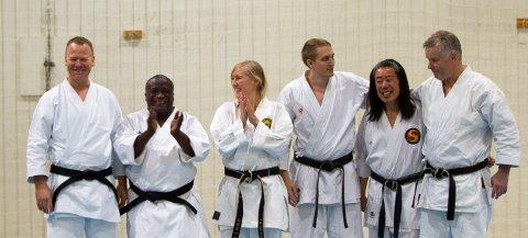 Det manglet ikke svarte belter da det skulle gis oppvisninger under Nesodden Karateklubbs 25 års jubileum. Hovedtrener Rune Flordalen, Simon Chilembo, Line Fauske, Daniel Sønstevold, Stephen Chan og Eyvind Elgesem bidro.