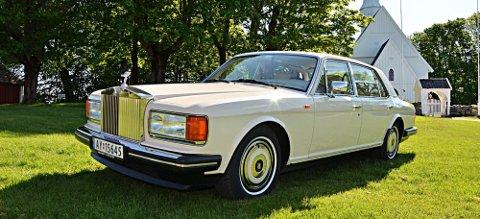 Som ny: Solhaugs Rolls-Royce Silver Spur 1987-modell er et vakkert syn der den står i solen ved Hobøl kirke.