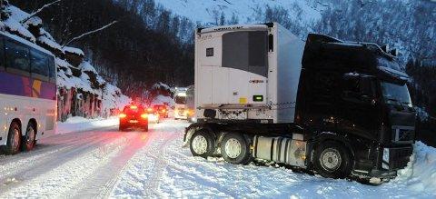 Kaos. Et vogntog fra Estland bidro i vinter til kaos på E6 på Ulvsvågskaret da det ikke klarte å ta seg gjennom en krapp sving øverst i skaret.
