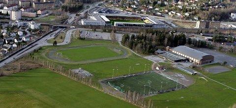 KJEMPE: Parallelt med Skedsmohallen og langs kortsiden av kunstgressbanen blir Skedsmo storhall liggende som en kjempe og et samlingspunkt for fotballen på Romerike om vinteren.FOTO: MORGAN ANDERSEN