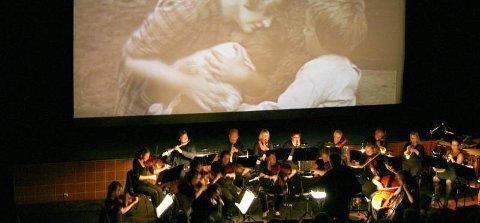 "STORSLAGEN: Med film på lerretet og Helgeland Sinfonietta live i salen ble ""Markens Grøde"" en storslagen og annerledes filmopplevelse.  (Foto: Snorre P. Sjøvoll)"