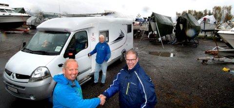 GRATULERER HVERANDRE: Turistsjef Arne Jørgen Skurdal og Johan Bjarnaberg er begge glade for at det endelig er blitt en løsning for bobiler i Gjøvik. Foto: Asbjørn Risbakken