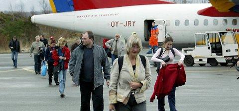 Flypassasjerar på veg ut av fly. Illustrasjonsfoto.