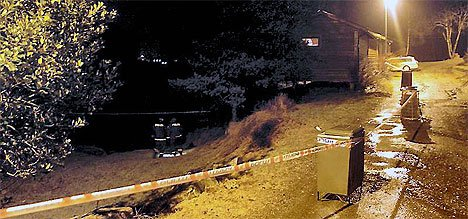 SPERRING: Politiet har sperra av området på Krokane camping der ulykka skjedde. Den tilskadekomne budde sjølv i ei av hyttene.