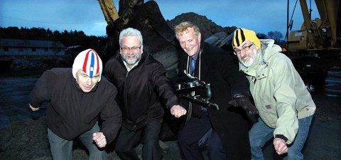 Med grabben som tok første spadestikk i bakgrunnen, poserer Stein Ohr (ildsjel, fra venstre), Per Kristian Øyen (ordfører), Dagfinn Ripnes med skøyter rundt halsen (avtroppende ordfører) og Tor Olsen (ildsjel).