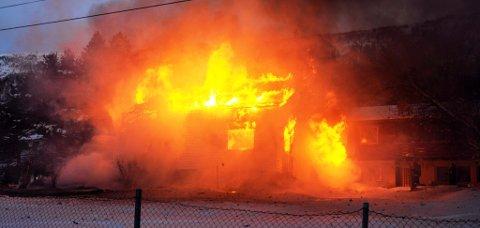 DRAMATISK: Bolighuset stod i full fyr da brannmannskapene kom til stedet. Foto: Elias Sperstad