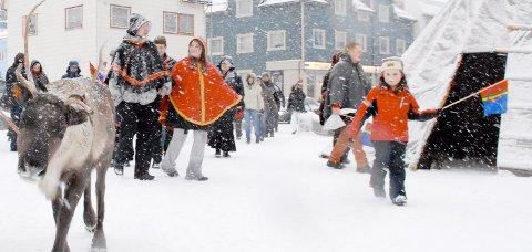 Lørdag formiddag, i periodevis tett snødrev, var det markering av Samefolkets dag på torget på Sortland.