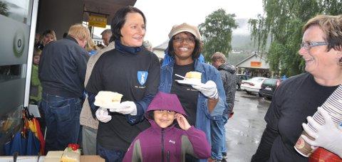 Pia Nilsson Tofthagen, Marcia Skuland og Kari Hølmo Holen hadde det travelt med å servere kaffe og kake.