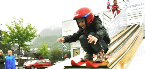 Fem år gamle Håvard Rønningen frå Lesjaverk på hoppkanten.