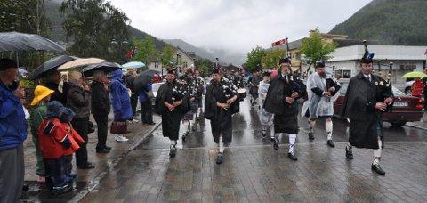 Sekkepipeorkesteret trossa regnværet.