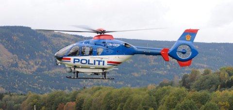 HENTER: Politihelikopteret skal nå hente ut personer som sitter mellom to ras.
