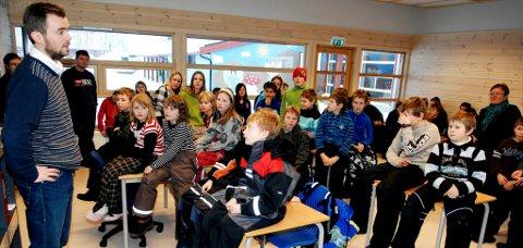 Nynorsk blir fortsatt hovedmål ved Skåbu skole. Her er  oppvekstsenter-leder, Tom Nøvik  sammen med øvrige lærere og elever ved en tidligere anledning.