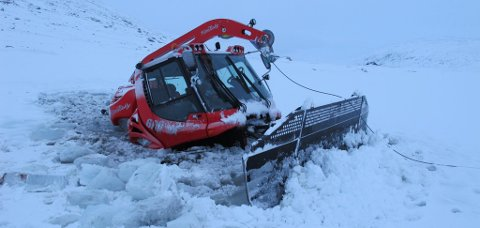Tråkkemaskinen som skulle til Stryn Sommerskisenter gikk gjennom isen i et tjern ved Vassvenda.