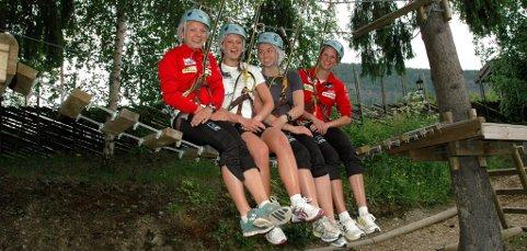IKKE BARE ENKELT: Kari Vikhagen Gjeitnes og Celine Brun-Lie manøvrerer seg fra stokk til stokk, - høyt til værs.